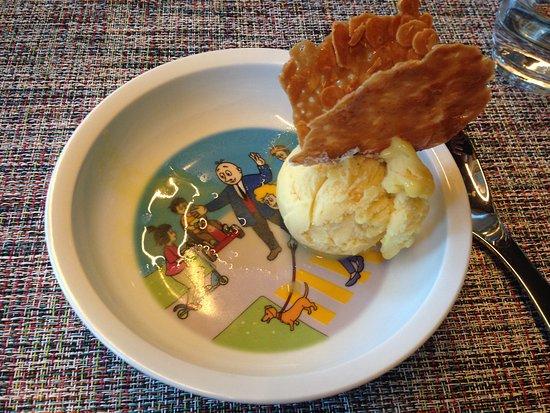Bad Zurzach, Ελβετία: Im Restaurant des Hotel Zurzacherhof bekommt man das Glace in einem Papa Moll-Teller serviert