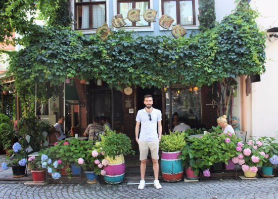 Cheers Hostel: Hostel front with Sinan, the helpful and friendly night manager.