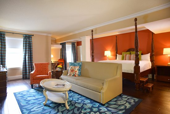 Queen's Landing: Suite with King bed, fireplace, and jetted tub