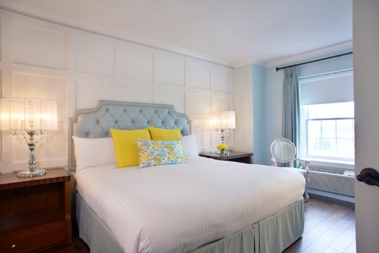 Queen's Landing: Suite with King bed, fireplace, jetted tub, and Waterview