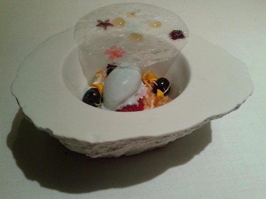 ABaC Restaurant: Flores, helado de violetas, espuma de yogurt y crujiente de galletas