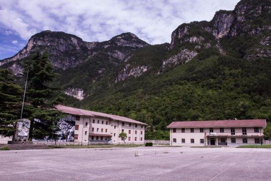 Chiusaforte, Италия: Vista esterna della palazzina del Museo (a destra)