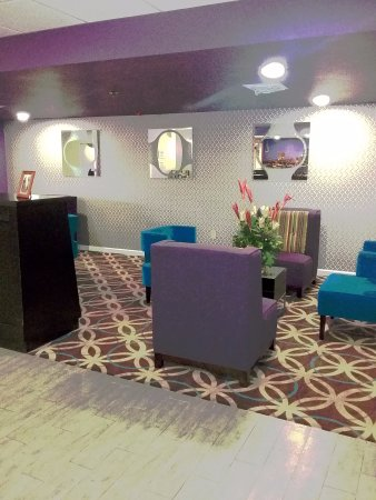 La Quinta Inn & Suites Memphis Airport Graceland: Our Updated lobby is a must see!
