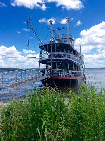 Mayville, Estado de Nueva York: The Chautauqua Belle coming in to dock on the beach at the Chautauqua Institution.