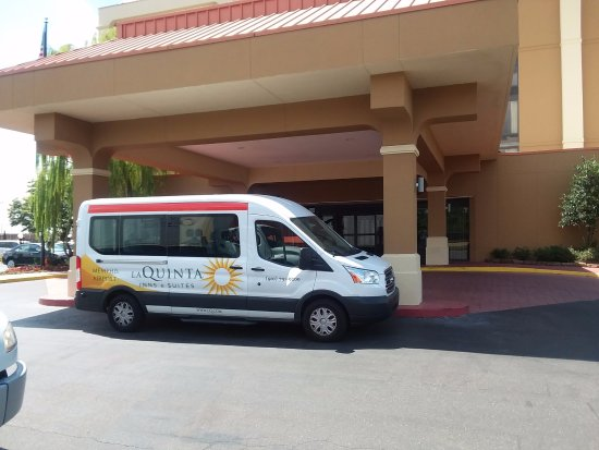 La Quinta Inn & Suites Memphis Airport Graceland: Our shuttles service from the Memphis Airport is complimentary!