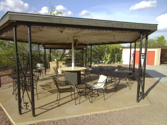 Wickenburg, AZ: Barbeque and Relaxing Area