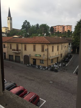 Borgo Ticino, Italy: le jardin dans lequel on trouve des vélos qui sont à notre disposition gratuitement ainsi que de