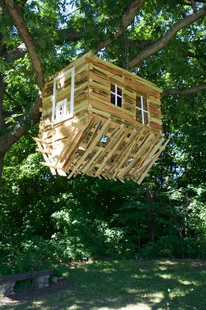 Chanhassen, MN: Upside down treehouse