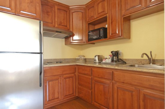 Monterey Bay Lodge: 1 Bedroom Suite Kitchenette (stove top only). Supplied with kitchen amenities.