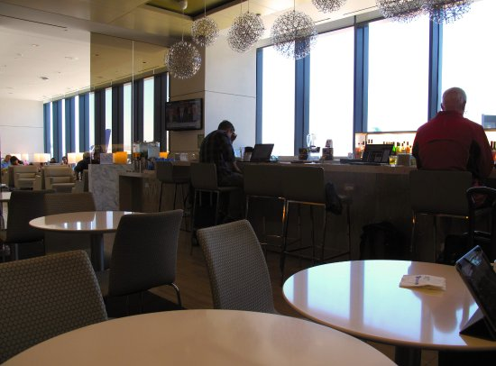 South San Francisco, Kalifornie: United Club at SFO T3 East Pier - Interior seating and bar