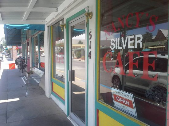 Silver City, Nuevo Mexico: A bit crowded on the sidewalk, inside is the fine chow!