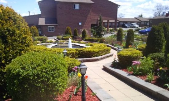 Newmarket, Canadá: Garden outside Pool building