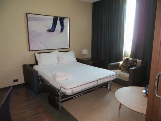 chambre avec un divan lit picture of ac hotel barcelona. Black Bedroom Furniture Sets. Home Design Ideas