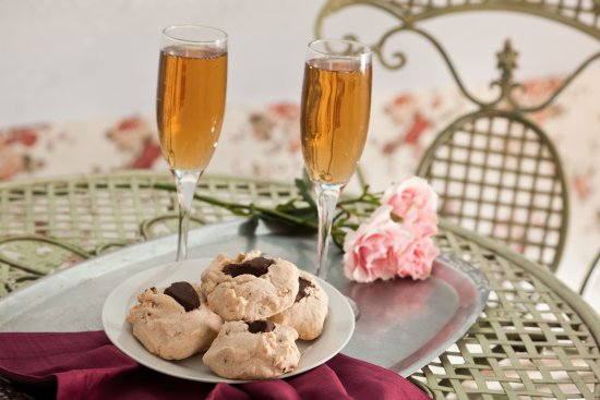 "Blue Dory Inn: Afternoon Wine Hour served daily with our famous ""Barnacle Cookies"""