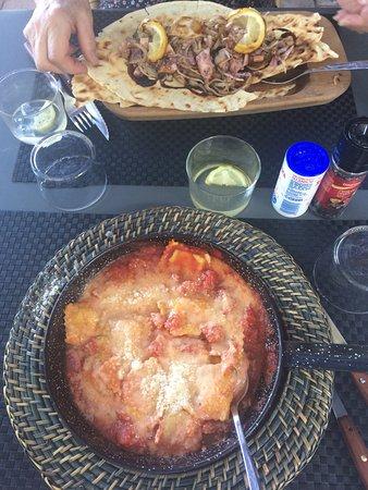 Pujols, Prancis: Salade de poulpes et sèches et ravioles au fromage de brebis