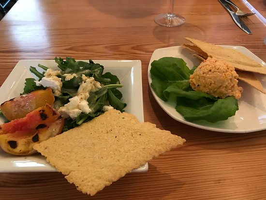 Southern Pines, Kuzey Carolina: Pimento cheese and half portion of grilled peach & goat cheese salad.
