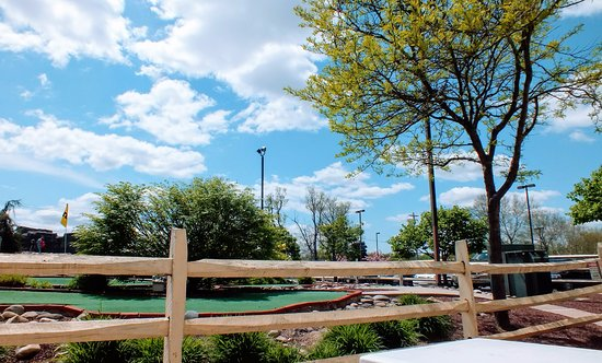 Warrington, Πενσυλβάνια: April 30, 2011 looking out onto the mini-golf course; Happy Tymes