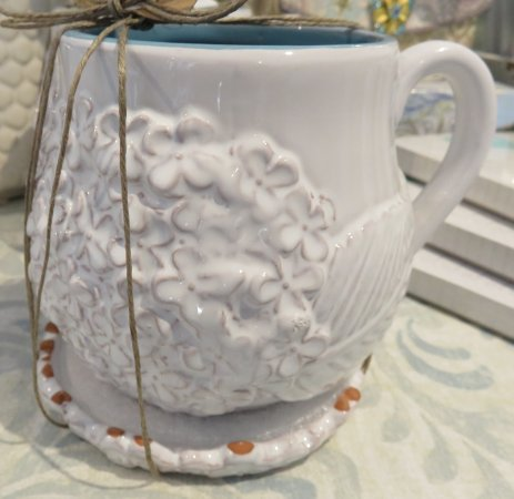 Solana Beach, Kaliforniya: Lovely ceramic hydrangea mug with lid!  Ladies love this!