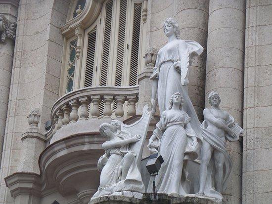 Gran Teatro de La Habana: hermosas esculturas de la fachada