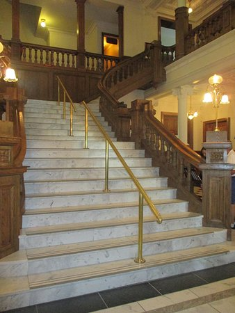 Gananoque, Canadá: Grand staircase at entrance to 1st floor, there was about 3-4
