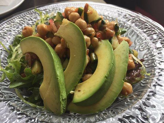 Port Hope, Καναδάς: Spicy chickpea salad with avocado.