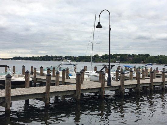 Wayzata, Minnesota: Dock in front of the restaurant
