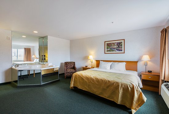 Belmont, Wisconsin: One King Jacuzzi suite