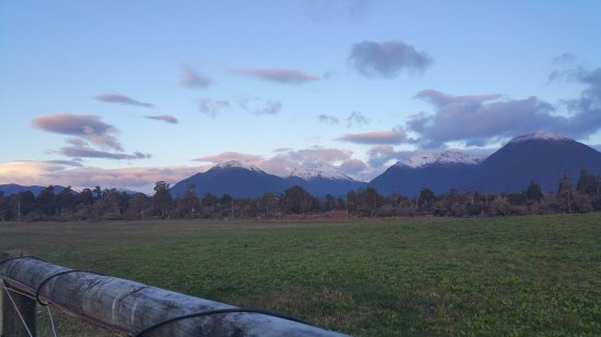 Haast, New Zealand: Views to rear of motel