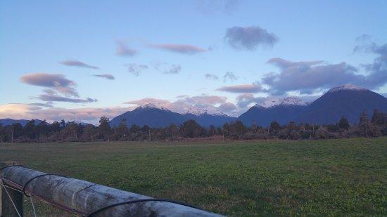 Haast, Nova Zelândia: Views to rear of motel