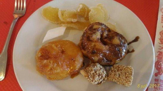 Fixin, France : 1ère assiette de desserts (le marron c'est du topping liquide qu'on peut se rajouter...miam miam