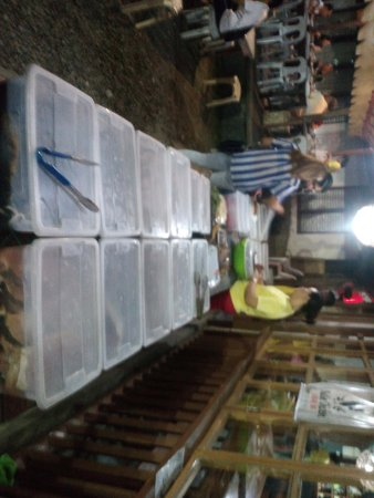 """Baclayon, Filippijnen: fresh seafood choices in """"iced boxes"""""""