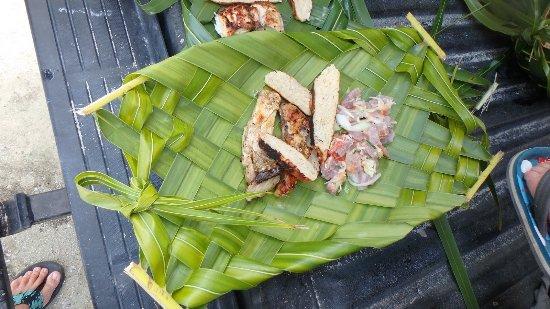 Tuamotu Archipelago, Polinesia Francesa: On apprend à tresser ses propres assiettes !