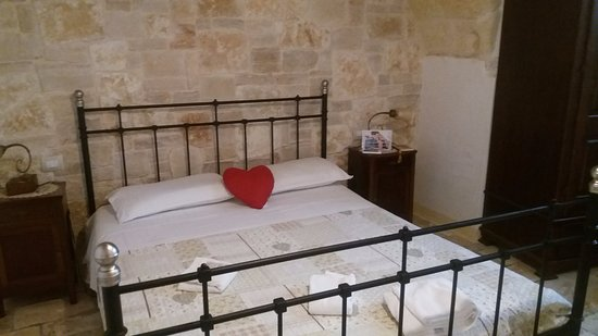 Camere Da Letto Romantiche Con Petali Di Rosa : Camera da letto foto di b&b petali rosa polignano a mare