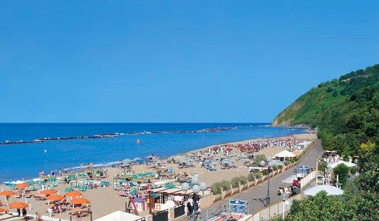 Hotel Gabicce: La spiaggia con sabbia fine di Gabicce Mare. Sullo sfondo la bellissima collina.