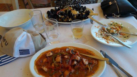 Rafina, Greece: Apres la salade ...plats fors sympathiques !