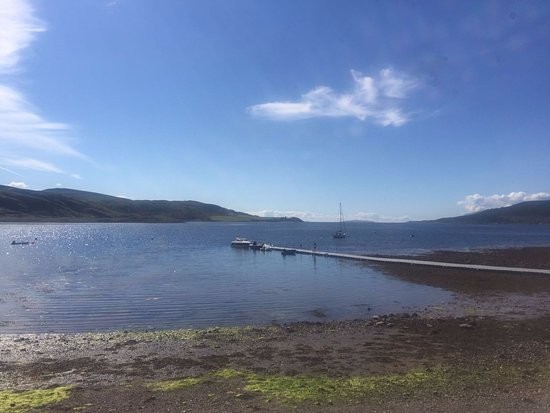 Tighnabruaich, UK: Handy jetty for boaty folks who want to stop at Botanica.