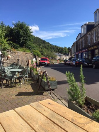 Tighnabruaich, UK: Plenty of tables outside for sunny days