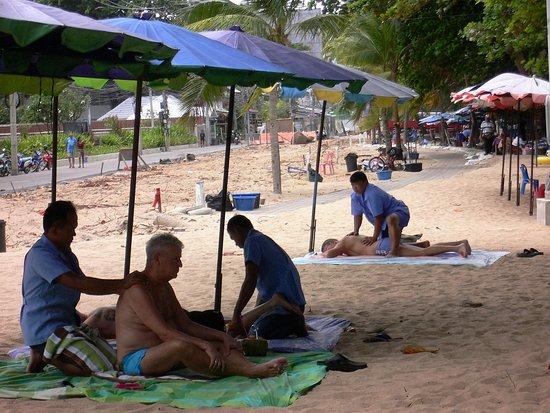 Bang Lamung, Tayland: ビーチで、マッサージが受けられます。