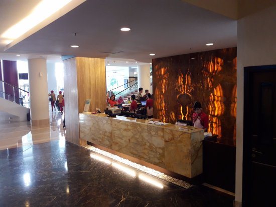 Grand Clarion Hotel & Convention Makassar: Front desk