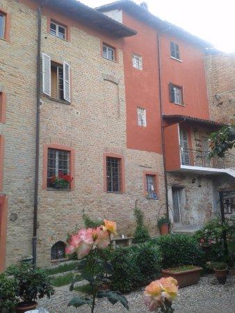 Mombaruzzo, Włochy: lato giardino