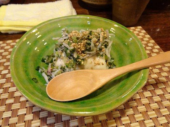 Kashihara, ญี่ปุ่น: お通しで出てきた豆腐。ちりめんじゃことごま油で食欲をそそる一品
