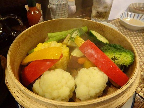 Kashihara, ญี่ปุ่น: 大和野菜の蒸籠蒸し。胡麻たれで食べるのだがこの胡麻たれがまた絶品。尖ったところがなく野菜の味を引き立てる。