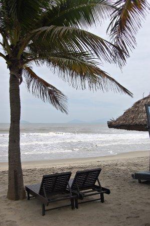 Hoi An Beach Resort: Beach across the road