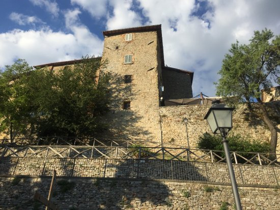 Monte Santa Maria Tiberina, Italien: View from below the restaurant.