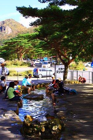 Ebino, Japan: 足湯でくつろぐ