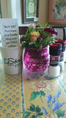 Mount Gretna, Pensilvania: Fresh Cut Flowers Grace Each Little Table!