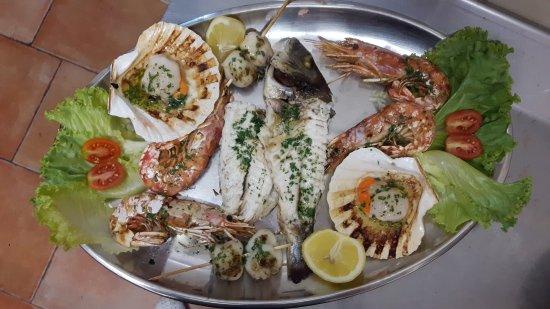 """Valdagno, Italy: Grigliata di pesce """" orata o branzino, seppie, gamberoni, capesante"""""""
