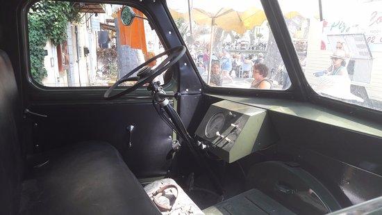 Cucuron, Prancis: Vintage Peugeot Q3A delivery van inside driver's cabin