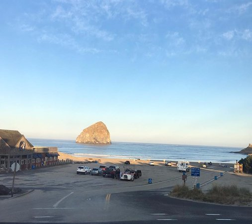 Inn At Cape Kiwanda: This is the view from our balcony.