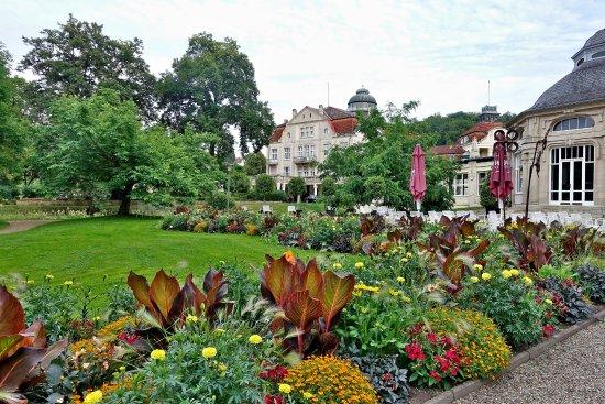 Bad Salzschlirf, Alemania: Blick vom Kurpark aufs HotelÜbergang vom Kurpark zum Hotel